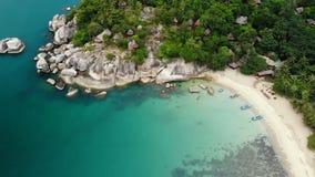 Bästa sikt för flyg- surr av den mycket lilla kusten för vitt paradis för sand tropiskt exotiskt i den Koh Prangan ön, Thailand S stock video