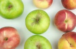 Bästa sikt för fruktsamling av äpplet, nektarin, på vit bakgrund praktisk frukt royaltyfria bilder