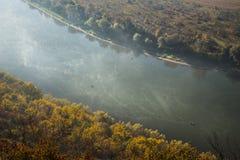 Bästa sikt för för höstskog & flod fotografering för bildbyråer