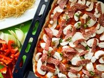 Bästa sikt för hemlagat för pizzaingredienser italienskt recept för mat arkivfoton