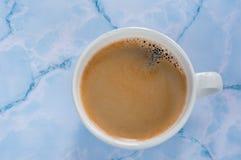 Bästa sikt för kaffe på en blå marmorbakgrund royaltyfria bilder