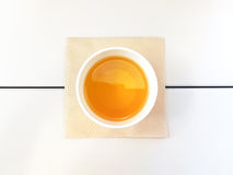 Bästa sikt för morgonteform som ett ägg på den vita tabellen med det bruna silkespappret royaltyfri bild