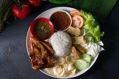 Bästa sikt för Nasi lemakkukus, malaysian lokal mat royaltyfri bild