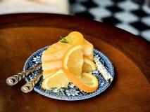 Bästa sikt för orange kaka och suddig bakgrund Fotografering för Bildbyråer