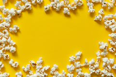 Bästa sikt för popcorntextur med utrymme för text modell av popcornslutet upp, bakgrund royaltyfria bilder