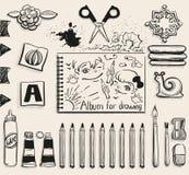 Bästa sikt för skolakontorstillförsel Sax, album, blyertspennor, lim, radergummi, borste och fläck Royaltyfri Foto