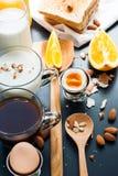 Bästa sikt för sunt ägg för sortimentfrukostrostat bröd arkivbilder