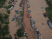 Bästa sikt - från en helikopter till den asiatiska byn på vattnet royaltyfria bilder