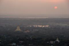 Bästa sikt i härlig tempelsolnedgång på den Mandalay kullen i Myanmar Royaltyfri Fotografi