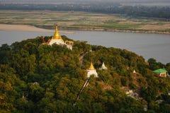 Bästa sikt i härlig tempelsolnedgång på den Mandalay kullen i Myanmar Arkivfoton