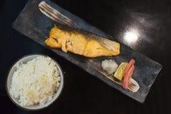 Bästa sikt, läcker japansk mat, grillade Salmon Salt Fish Served med ris Royaltyfria Foton