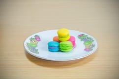 Bästa sikt Macarons på trä Royaltyfria Bilder