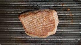 BÄSTA SIKT: Nötköttbiff på ett galler Royaltyfri Bild