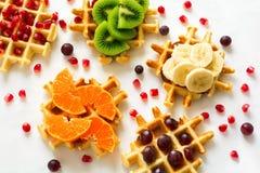 Bästa sikt på belgiska dillandear med frukttoppning Arkivfoton