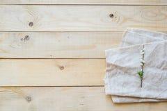 Bästa sikt på blommande filialspirea för träbakgrund Royaltyfri Fotografi