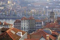 Bästa sikt på den Douro floden, den Bolsa slotten och fartygen med porto w Arkivfoton