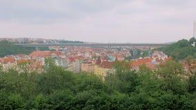 Bästa sikt på den forntida staden Prague, röda tak och den moderna enorma metallbron över stad lager videofilmer