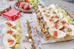 Bästa sikt på den smakliga buffétabellen Utomhus- sommarparti Sköta om begrepp Royaltyfri Bild