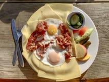 Bästa sikt på en platta av bacon och ägg royaltyfri fotografi
