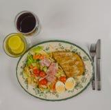 Bästa sikt på en uppsättning med höna, bacon, körsbärsröda tomater, ägg, is Royaltyfria Bilder