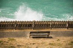 Bästa sikt på isolerad bänk på kusten med avbrottsvågor av Atlantic Ocean, bidart, Frankrike royaltyfri bild