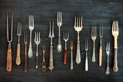 Bästa sikt på olika gafflar, gamla redskap Lägenheten lägger på lantligt dar Royaltyfri Foto
