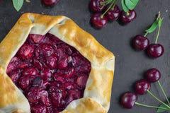 Bästa sikt på Rustical sura Cherry Pie på svart bakgrund med a Royaltyfri Bild