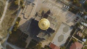 Bästa sikt på stor kristen kyrka med Golden Dome skjutit Kupolen av kyrkan i mitten av skärmen royaltyfri foto