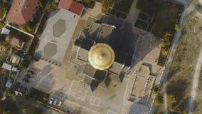 Bästa sikt på stor kristen kyrka med Golden Dome skjutit Kupolen av kyrkan i mitten av skärmen arkivbilder