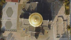 Bästa sikt på stor kristen kyrka med Golden Dome skjutit Kupolen av kyrkan i mitten av skärmen royaltyfria bilder
