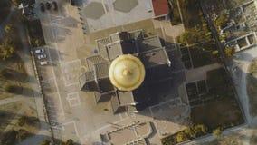 Bästa sikt på stor kristen kyrka med Golden Dome skjutit Kupolen av kyrkan i mitten av skärmen royaltyfria foton