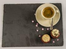 Bästa sikt på två söta muffin, jordgubbe och krämig choklad a Arkivfoto