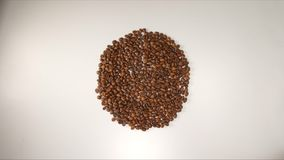 BÄSTA SIKT: Runda av kaffebönor på en vit bakgrund Royaltyfri Foto