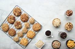 Bästa sikt, smakligt kakaställe för stängd övre blandning på skyddsgaller med ingredienser i kopp Royaltyfria Foton