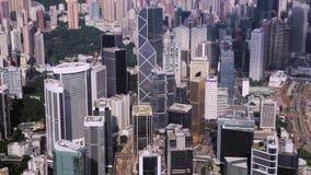 Bästa sikt som är flyg- från att flyga surret av en framkallad Hong Kong stad med moderna skyskrapor med modern design Kina arkivfilmer