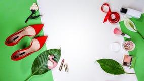 Bästa sikt som fjädrar sommarvalentin skönhetsmedel blad och rosa färger för tillbehör för skor för orientering för dräkt för par royaltyfria foton
