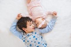 BÄSTA SIKT: Stående av den gulliga brodern med hans lilla syster Royaltyfria Bilder