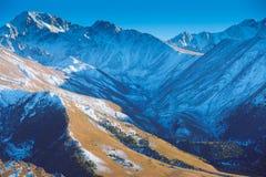 bästa sikt till Caucasian bergmaxima i solig dag Arkivfoto