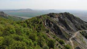 Bästa sikt till de Macin bergen med skogen - Rumänien, Dobrogea stock video