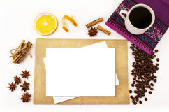 Bästa sikt, vit bakgrund, kopp kaffe, kaffebönor, kryddor, kanel, ark royaltyfria foton