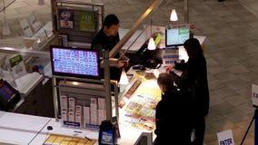 Bästa skott av den köpande lottsedeln för folk inom galleria stock video