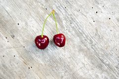 Bästa skott, slut upp av den nya söta körsbäret med vattendroppar på ljus lantlig trätabellbakgrund, selektiv fokus, utrymme för royaltyfri fotografi