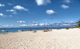 Bästa strandfoto för fijiansk ö Simma och snorkla vita moln för folk, skyttel och fartyg royaltyfria foton