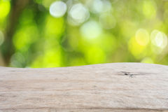 Bästa trätabell med solig bakgrund för abstrakt begreppgräsplannatur, bl Fotografering för Bildbyråer