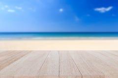 Bästa trätabell och suddighet av tropisk strandbakgrund Arkivfoto