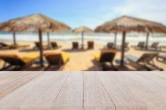 Bästa trätabell och suddighet av tropisk strandbakgrund Royaltyfri Bild