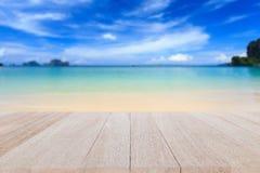 Bästa trätabell och suddighet av tropisk strandbakgrund Arkivfoton