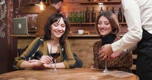Bästa vän dricker vin i ett hemtrevligt kafé lager videofilmer