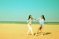 Bästa vän på stranden som similing och visar hjärta Fotografering för Bildbyråer