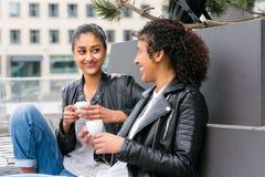 Bästa vän som dricker kaffe i stad Arkivbild
